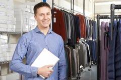 Negocio de moda de Running On Line del hombre de negocios con la tableta de Digitaces foto de archivo libre de regalías