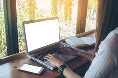 Negocio de trabajo independiente adolescente en el ordenador portátil Fotos de archivo libres de regalías