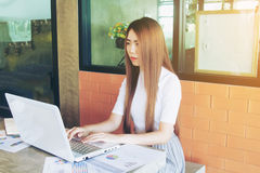 Negocio de trabajo independiente adolescente en el ordenador portátil Imagenes de archivo
