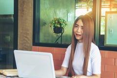 Negocio de trabajo independiente adolescente en el ordenador portátil Foto de archivo libre de regalías