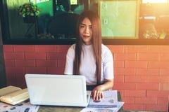 Negocio de trabajo independiente adolescente en el ordenador portátil Fotografía de archivo libre de regalías