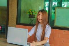 Negocio de trabajo independiente adolescente en el ordenador portátil Imagen de archivo
