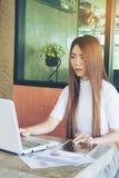Negocio de trabajo independiente adolescente en el ordenador portátil Imágenes de archivo libres de regalías