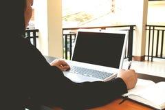 Negocio de trabajo independiente adolescente en el ordenador portátil Imagen de archivo libre de regalías