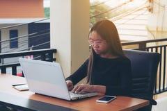 Negocio de trabajo independiente adolescente en el ordenador portátil Foto de archivo