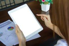 Negocio de trabajo independiente adolescente en la tableta Imágenes de archivo libres de regalías