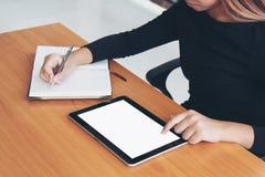 Negocio de trabajo independiente adolescente en la tableta Fotos de archivo libres de regalías