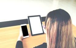 Negocio de trabajo independiente adolescente en la tableta Imagen de archivo libre de regalías