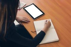 Negocio de trabajo independiente adolescente en la tableta Fotografía de archivo libre de regalías