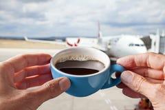 Negocio del aeropuerto de la taza de café imagenes de archivo