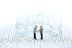 Negocio del ajedrez con la idea miniatura de la gente del hombre de negocios para el compet Imagenes de archivo