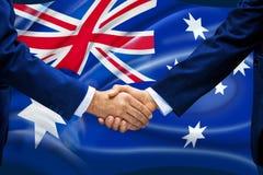 Negocio del apretón de manos de la bandera de Australia imagen de archivo