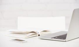 Negocio del lugar de trabajo cuaderno, ordenador portátil, PC, teléfono móvil, pluma Imagen de archivo libre de regalías