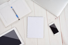 Negocio del lugar de trabajo cuaderno vacío en blanco, ordenador portátil, PC de la tableta, multitud Imagenes de archivo