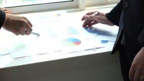 Negocio dos que habla con papeleo en oficina