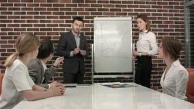 Negocio, educación y concepto de la oficina - serio almacen de metraje de vídeo