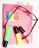 Negocio, educación y concepto de la tecnología - cercano para arriba del cuaderno, etiquetas engomadas de papel, dibuje a lápiz d Imagen de archivo