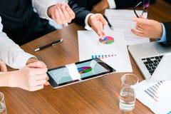 Negocio - empresarios que trabajan con la tableta Fotos de archivo libres de regalías