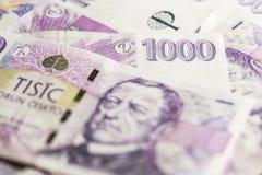 Negocio, finanzas, inversión, ahorro y concepto del efectivo - cercano para arriba de los billetes y de las monedas euro en la ta Imagen de archivo
