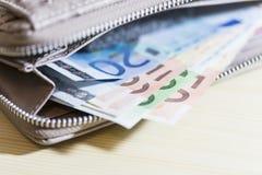 Negocio, finanzas, inversión, ahorro y concepto del efectivo - cercano para arriba de los billetes y de las monedas euro en la ta Fotos de archivo libres de regalías