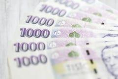 Negocio, finanzas, inversión, ahorro y concepto del efectivo - cercano para arriba de los billetes y de las monedas euro en la ta Fotos de archivo