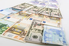 Negocio, finanzas, inversión, ahorro y concepto del efectivo - cercano para arriba de los billetes y de las monedas euro en la ta Fotografía de archivo
