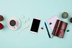 Negocio flatlay con smartphone con la pantalla negra del copyspace, taza de café, succulents y cactus y accessorie del otro secto Fotos de archivo libres de regalías