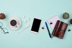 Negocio flatlay con smartphone con la pantalla negra del copyspace, taza de café, succulents y cactus y accessorie del otro secto Imagenes de archivo