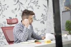 Negocio, gente, tensión, emociones y concepto del fall - papeles que lanzan del hombre de negocios enojado en oficina Imagen de archivo libre de regalías