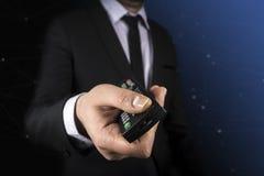 Negocio, gente y concepto de la tecnología - cercano para arriba de hombre de negocios con el control remoto sobre negro Fotografía de archivo