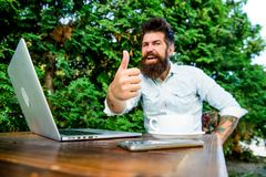Negocio ?gil ?xito de asunto En fondo verde Hombre de negocios acertado Perfeccione el reparto Hombre feliz que trabaja en la com imagenes de archivo