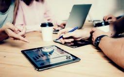 Negocio joven Team Brainstorming Meeting Process Proyecto de lanzamiento del márketing de los compañeros de trabajo Gente creativ fotos de archivo