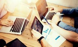 Negocio joven Team Brainstorming Meeting Room Process Proyecto en línea del márketing de lanzamiento de los compañeros de trabajo Imágenes de archivo libres de regalías