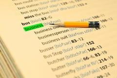 NEGOCIO - Las palabras destacan en el libro y el lápiz Imagen de archivo