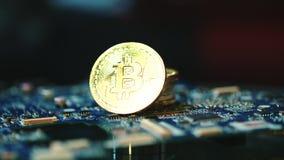 Negocio moderno de la explotación minera del bitcoin Bitcoins en placa de circuito Tecnología de Blockchain metrajes