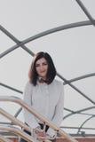 Negocio moderno, empresaria femenina que trabaja al aire libre sobre una nueva idea Fotos de archivo libres de regalías