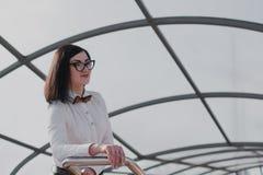 Negocio moderno, empresaria femenina que trabaja al aire libre sobre una nueva idea Fotografía de archivo libre de regalías