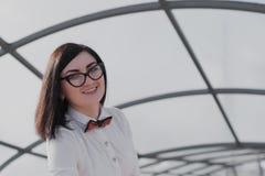 Negocio moderno, empresaria femenina que trabaja al aire libre sobre una nueva idea Foto de archivo