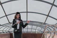 Negocio moderno, empresaria femenina que trabaja al aire libre sobre una nueva idea Imagen de archivo libre de regalías