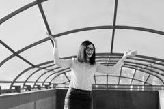 Negocio moderno, empresaria femenina que trabaja al aire libre sobre una nueva idea Imagenes de archivo