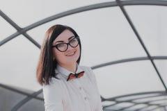 Negocio moderno, empresaria femenina que trabaja al aire libre sobre una nueva idea Foto de archivo libre de regalías