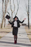 Negocio moderno, empresaria femenina que trabaja al aire libre sobre una nueva idea Imágenes de archivo libres de regalías