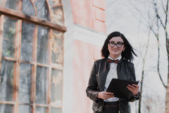Negocio moderno, empresaria femenina que trabaja al aire libre sobre una nueva idea Fotos de archivo