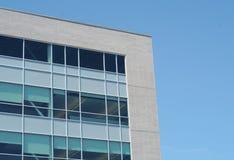 Negocio que construye el ladrillo y las ventanas blancos de la esquina de oficina corporativa fotos de archivo