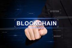Negocio que empuja el botón del blockchain manualmente en la pantalla virtual Foto de archivo