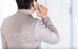 Negocio que habla del hombre de negocios vía el teléfono Fotografía de archivo libre de regalías