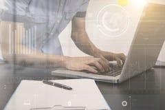 Negocio que trabaja con el mercado de acción del gráfico del análisis computarizado Foto de archivo