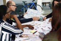 Negocio Team Brainstorming en taller de la reunión imagenes de archivo