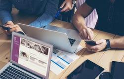 Negocio Team Brainstorming Process Mercados en línea de lanzamiento de los compañeros de trabajo Dispositivos de Using Modern Ele Fotos de archivo libres de regalías
