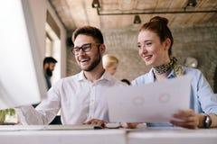 Negocio, tecnolog?a y concepto de la gente - equipo o dise?adores creativos que trabajan en oficina foto de archivo